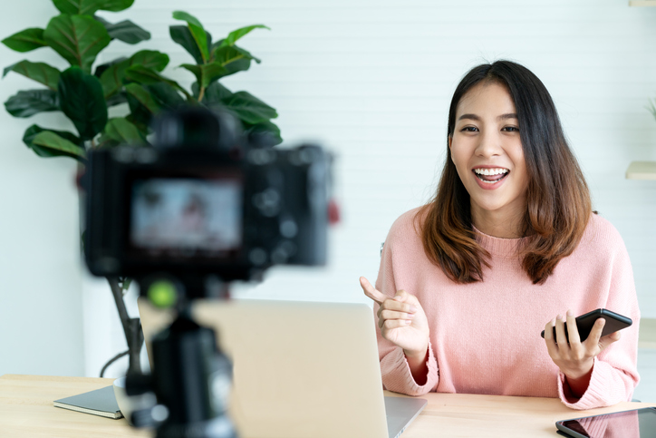 influencer doing marketing with camera